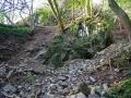 Der Schutt floß um diesen Felsen herum; das abgeschürfte Erdreich rechts und links davon ist noch gut zu erkennen. (© Andreas Herrmann)