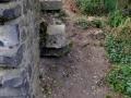 """Reste einer Treppe in tiefer liegende Bereiche der Burg. Leider sind einige Stufensteine verloren gegangen. Die noch vorhandenen und die am rechten Bildrand """"versteckte"""" Treppenwange sollen gesichert werden."""